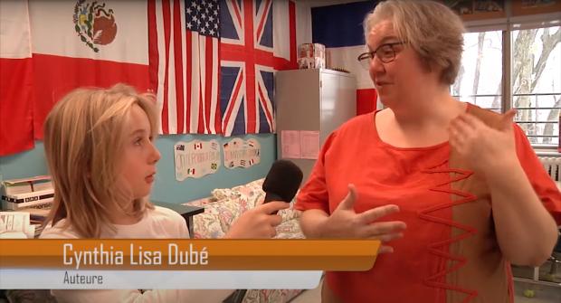 Élève en entrevue avec l'auteure Cynthia Lisa Dubé dans une salle de classe.