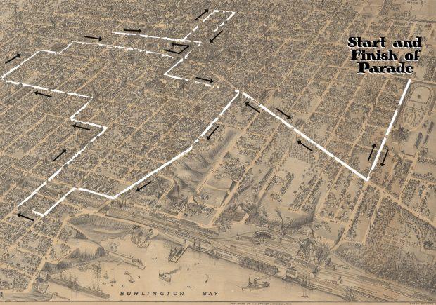 Carte illustrée d'Hamilton montrant la baie de Burlington au sud et le parc Victoria à l'est. La carte inclut une nouvelle illustration de l'itinéraire circulaire du défilé de la Ligue des neuf heures, commençant et se terminant dans l'est.