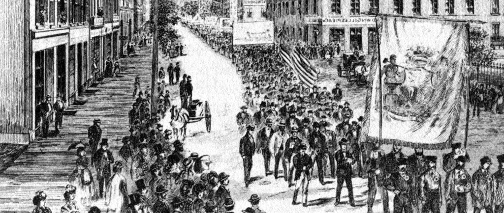 Version recadrée de la couverture du magazine Canadian Illustrated News (numéro du 8 juin 1872) montrant le défilé des travailleurs du 15 mai 1872. On peut y voir une foule de spectateurs amassés sur les trottoirs alors que les travailleurs défilent, brandissant de grandes banderoles et des drapeaux dans la rue.