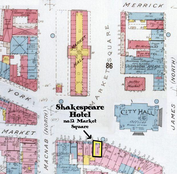 Carte d'assurance multicolore de la place Old Market. L'image comprend les plans de dizaines de structures du secteur. Le texte sur la carte met en évidence l'emplacement de l'hôtel Shakespeare, à l'angle sud-ouest de la place Old Market.
