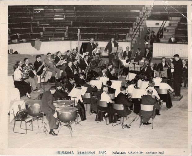 Wallace Laughton dirige l'orchestre au stade