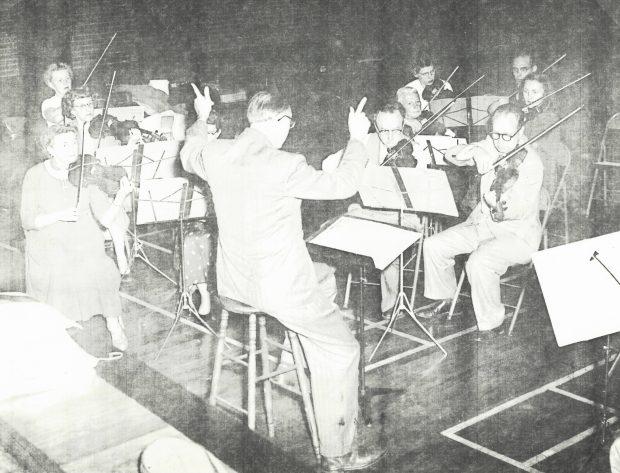Jan Wolanek et des violons en répétition
