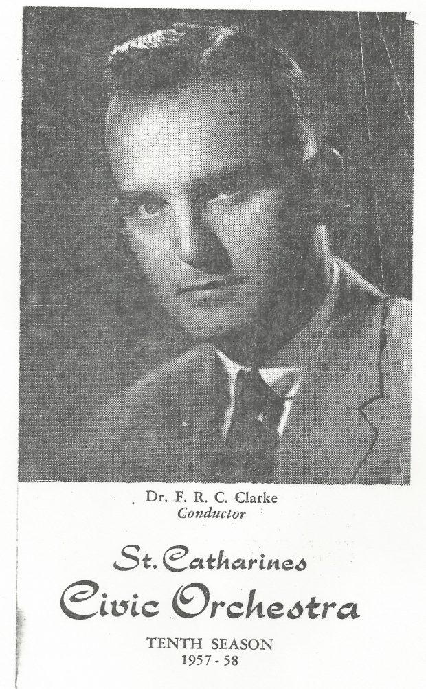Une photographie du visage de Dr. F. R. C. Clarke