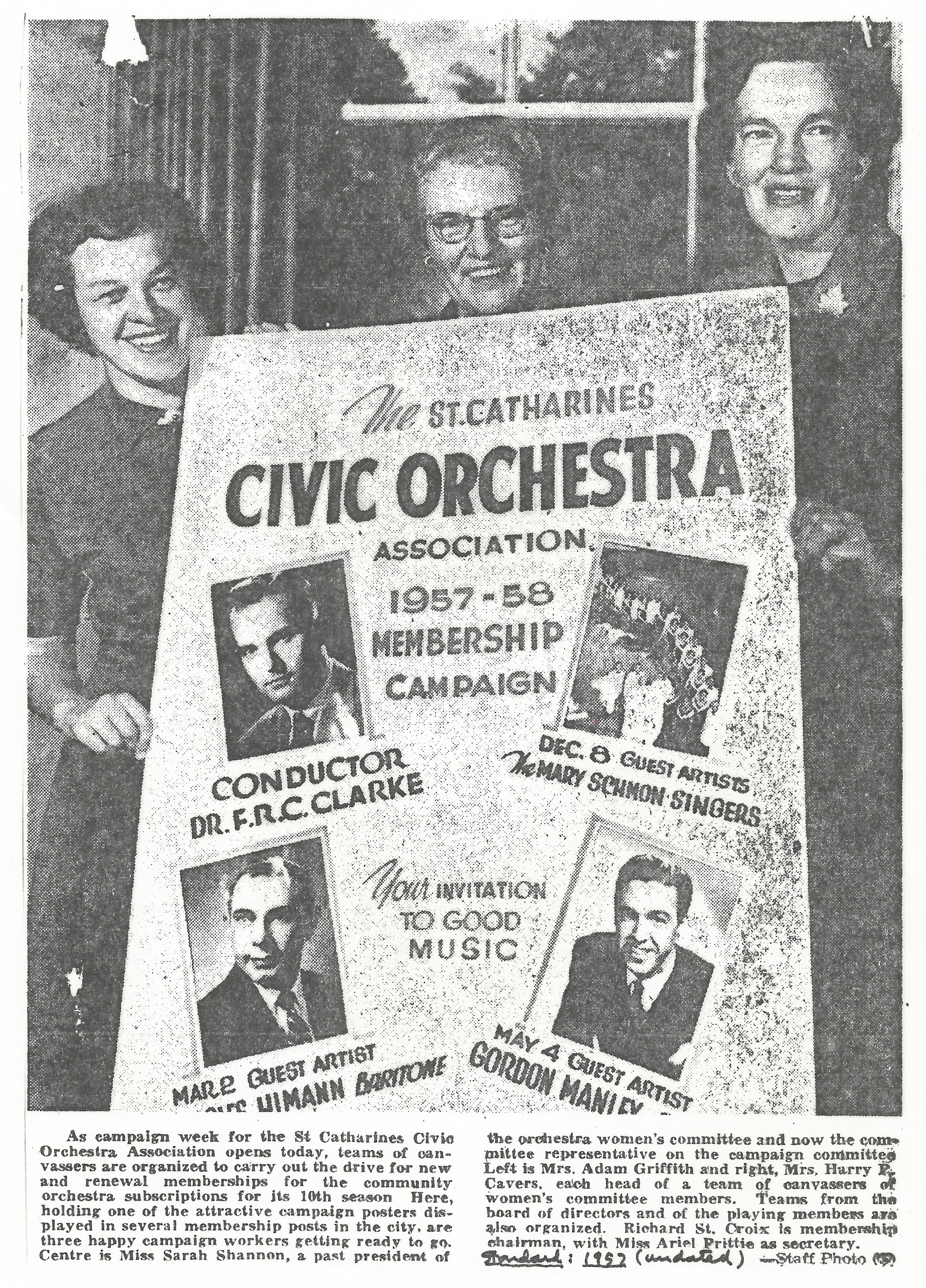 Trois membres du comité des femmes tiennent un poster d'appartenance