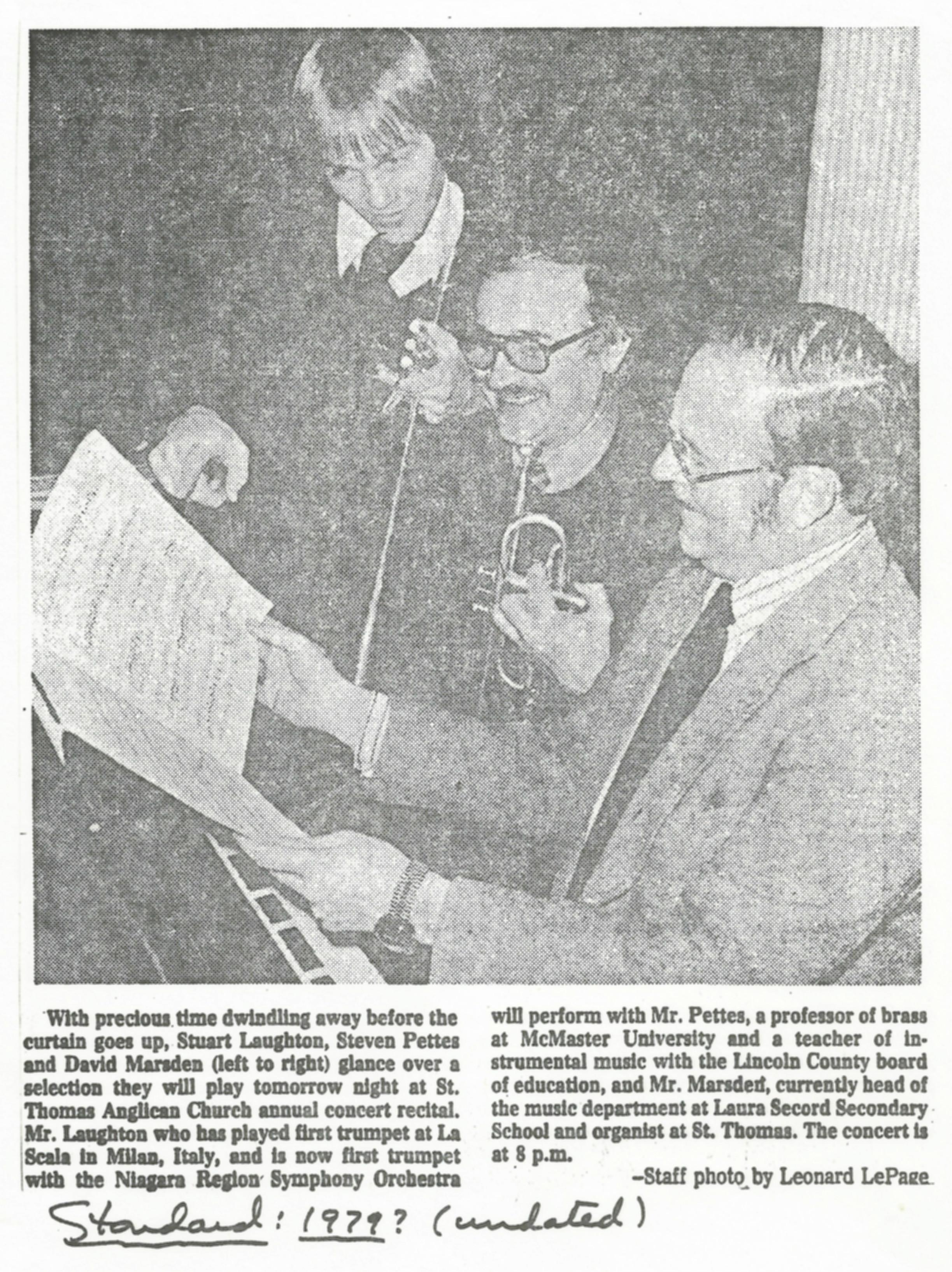 Stuart Laughton, Steven Pettes et David Marsden regardent des partitions