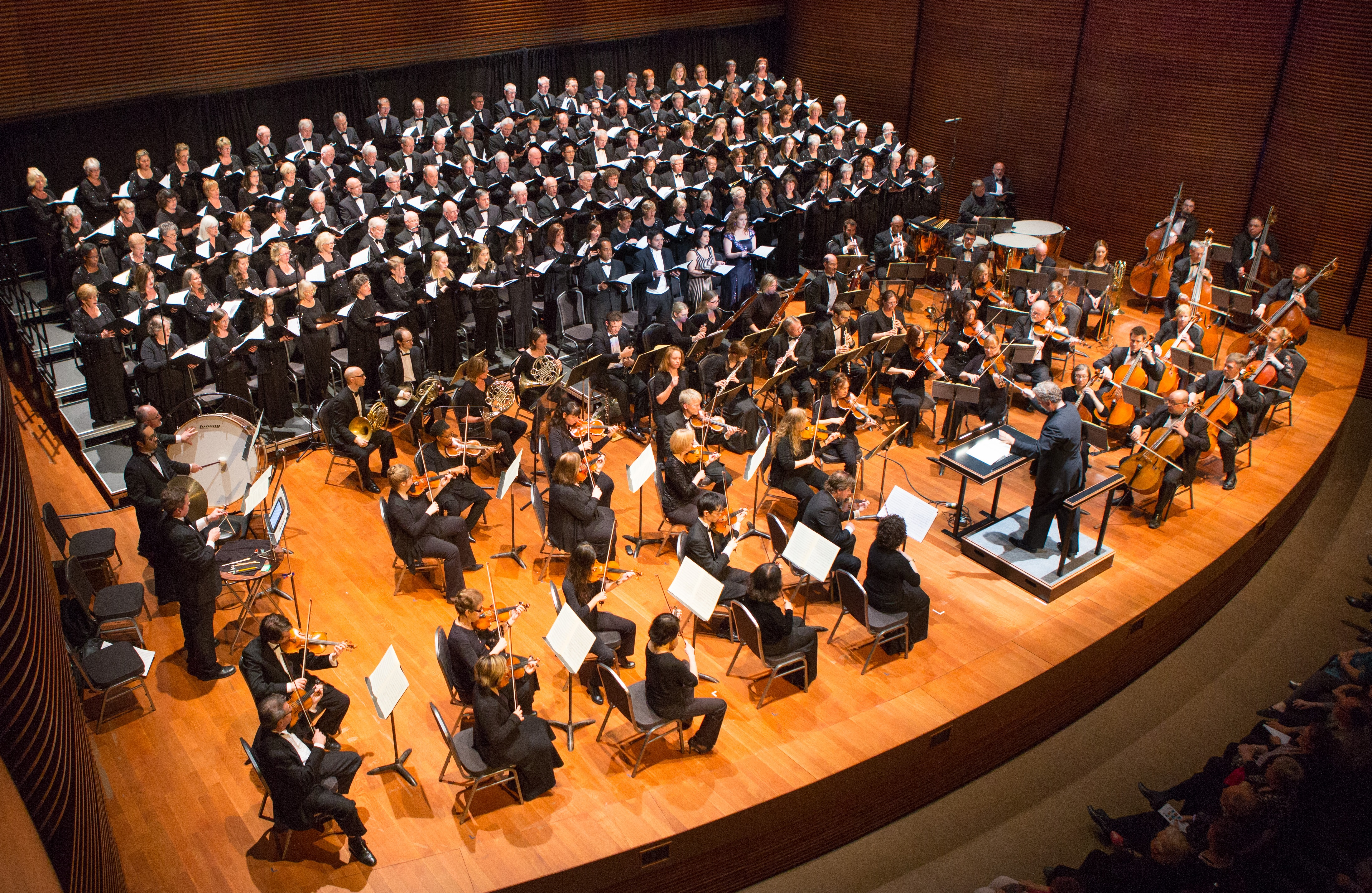 La chorale de Niagara avec l'Orchestre symphonique de Niagara sur scène