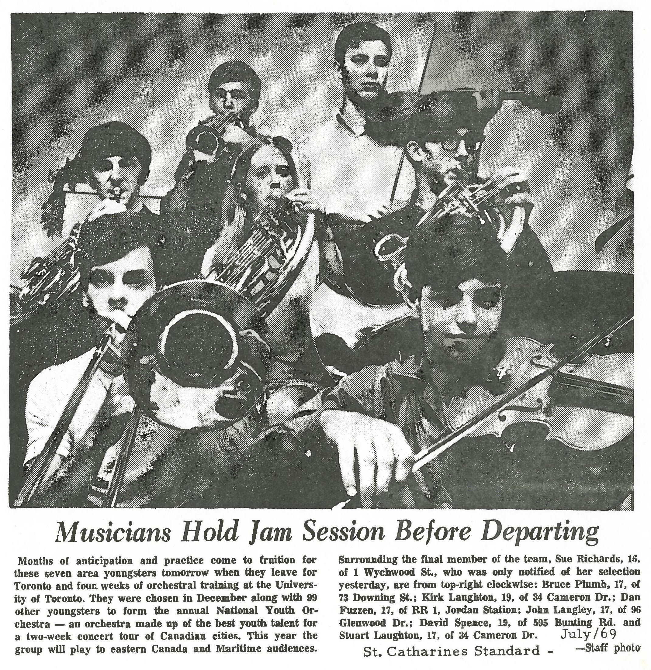 Sept étudiants choisis pour l'Orchestre national des jeunes jouent des instruments. L'article du journal est « Des musiciens font un bœuf avant de partir. »