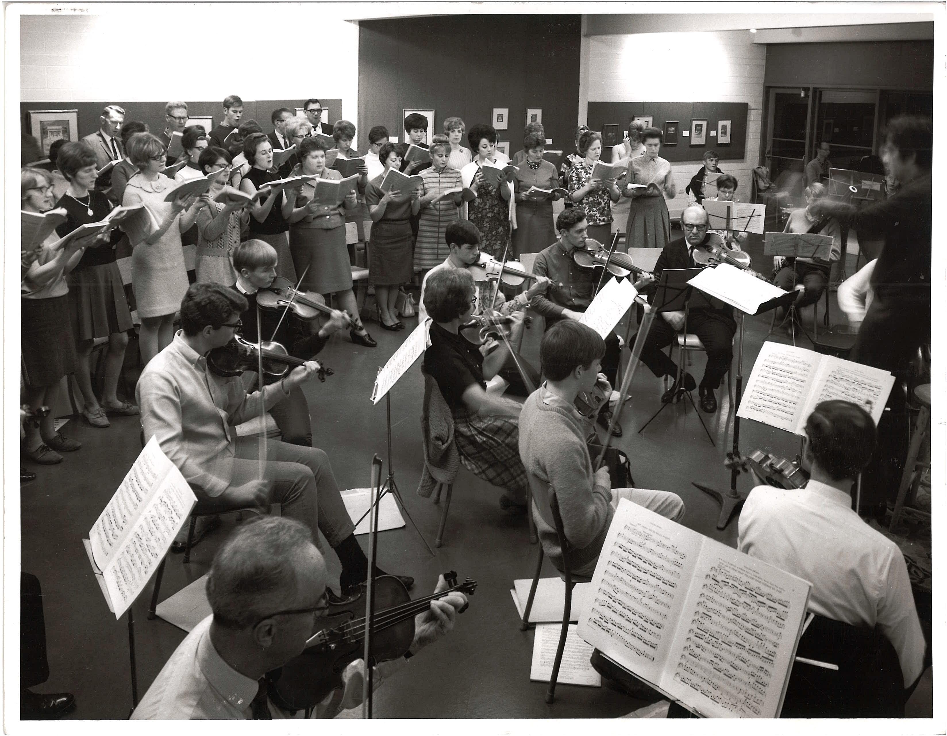 Le chœur et l'orchestre en répétition
