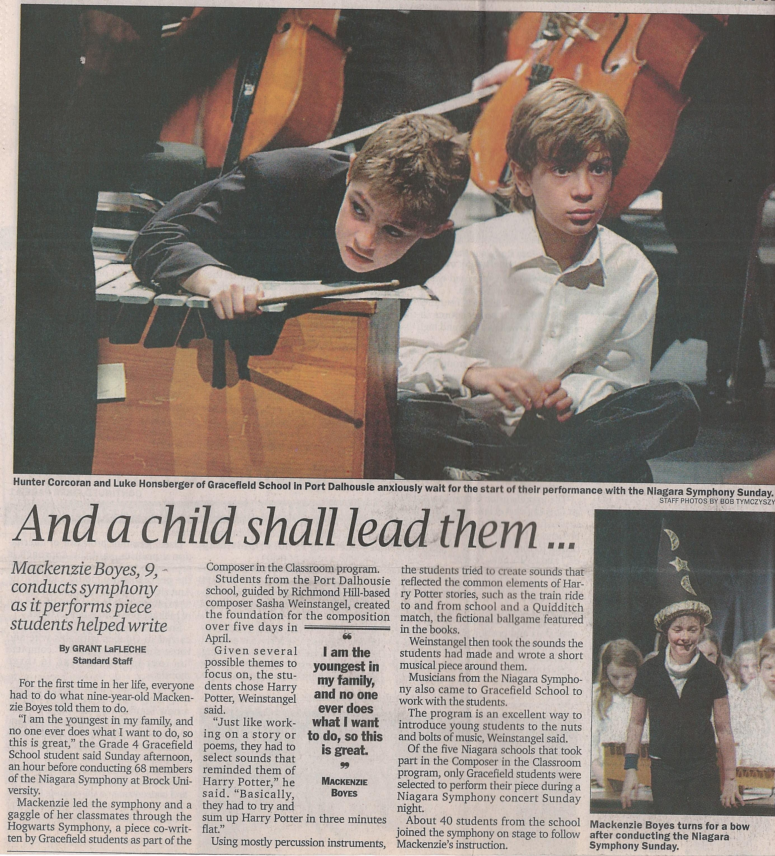 Deux étudiants s'assoient près d'un xylophone sur scène. L'article du journal est « Un enfant les dirigera. »