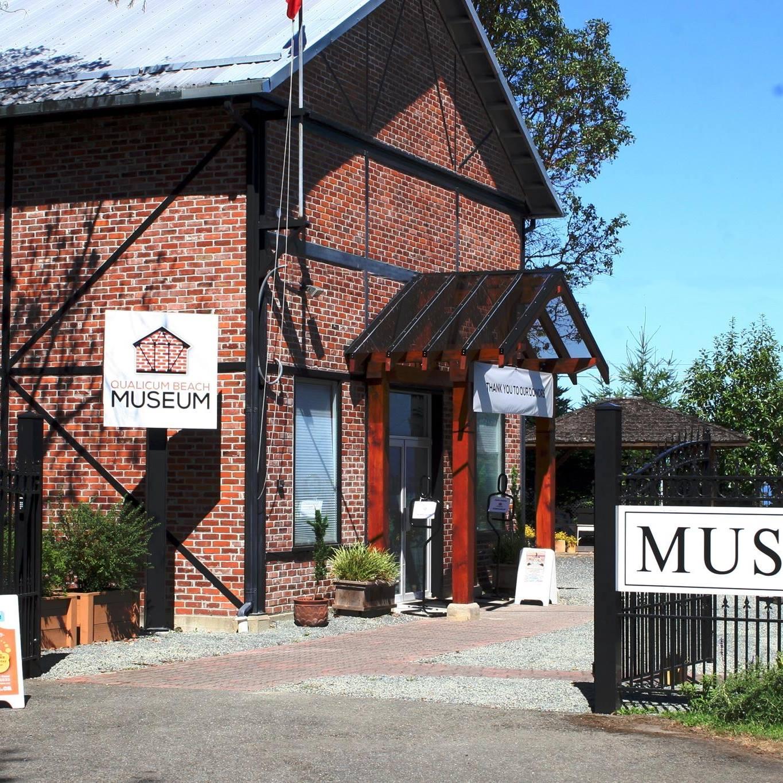 Un bâtiment à deux étages, construit de briques rouges et poutres en métal noir, photographié une journée ensoleillée.