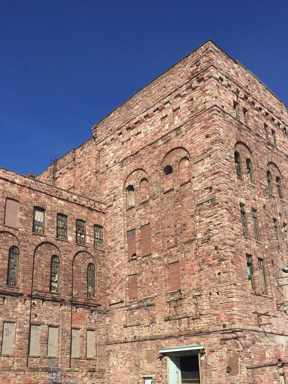 La tour en grès rouge avec un beau ciel bleu en arrière plan.