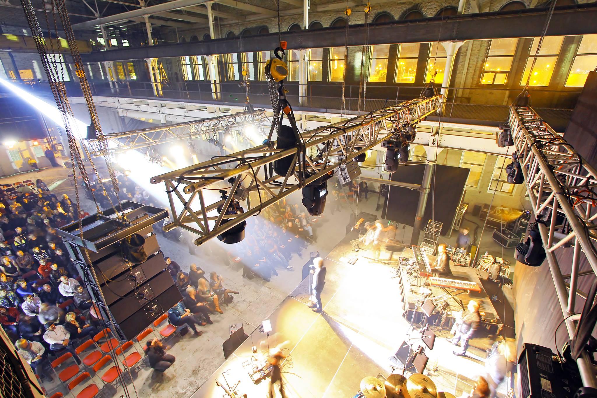 Photo prise du haut de l'arrière-scène lors d'un concert à la «Machine Shop».