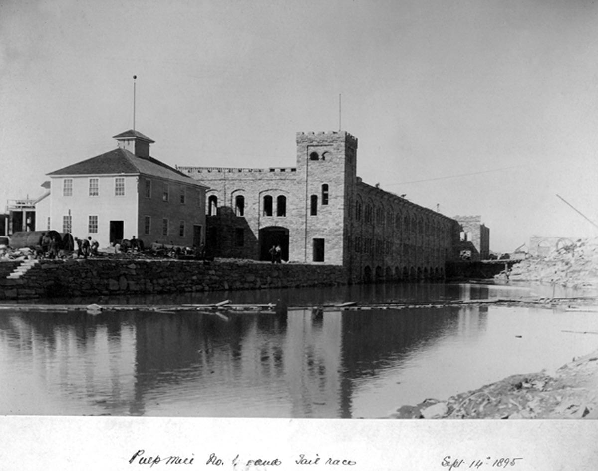 La construction du moulin No 1 est terminée. L'édifice de grès bordait la rivière.