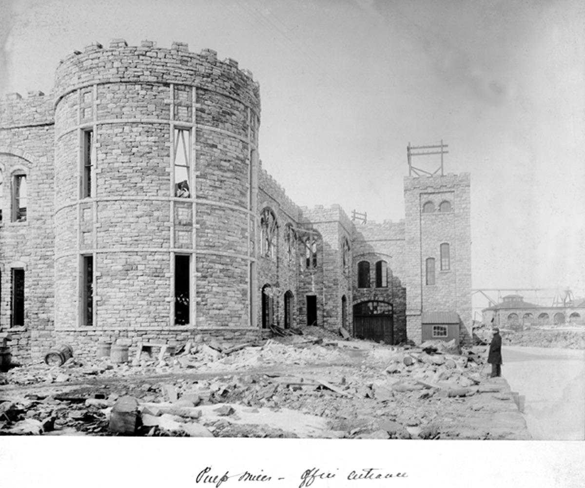La tour en pierre de grès de l'usine de pulpe. Photo en noir et blanc.