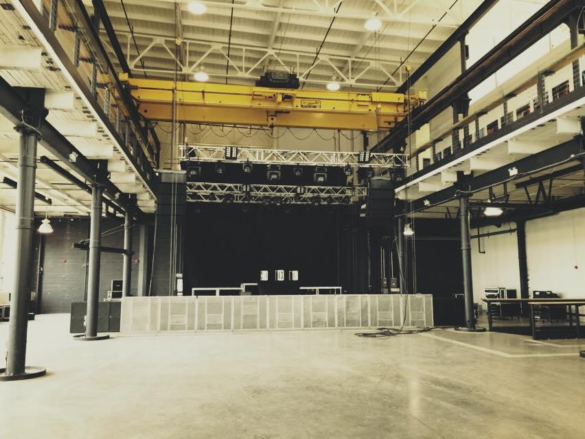 Un plateau temporaire est aménagé pour un concerts