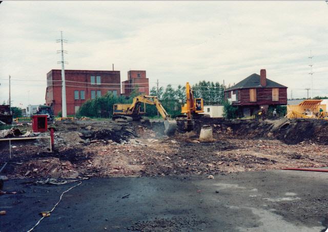 Ciment à l'avant plan. Le blockhaus de Clergue est dans le coin droit de la photo. Deux excavatrices sont à l'oeuvre.