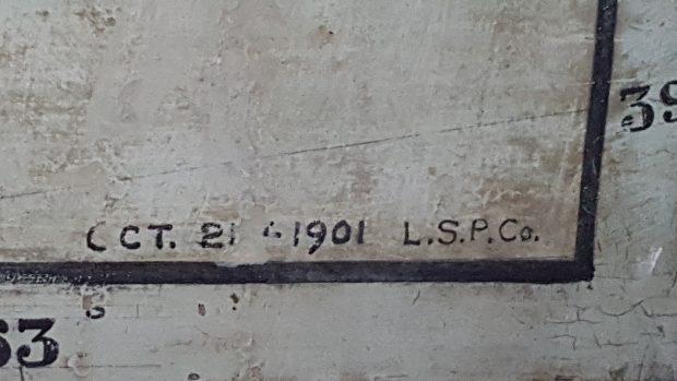 Détails d'un coin de la carte géographique murale de Clergue. Les chiffres indiquent la longitude et la latitude de même que la date d'exécution du tableau. 1901