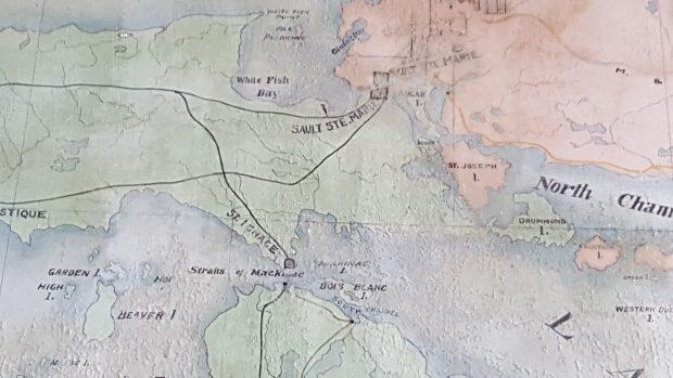Détails de la carte géographique peinte à la main. Saut-Ste-Marie et le Chenail du Nord sont clairement indiqués. Les lignes noires représentent les voies ferrées et les carrés indiquent des centres d'expédition.