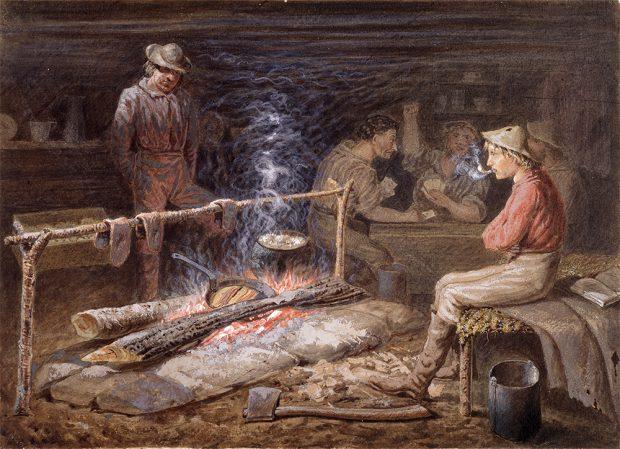 Une peinture représentant des chercheurs d'or dans une cabane de cèdre. À l'avant-plan, deux hommes font cuire de la nourriture sur un feu de bois. Derrière eux, trois hommes assis à une table jouent aux cartes.