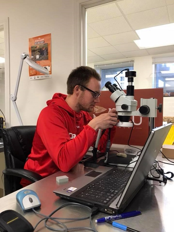 Une personne utilisant un binoculaire