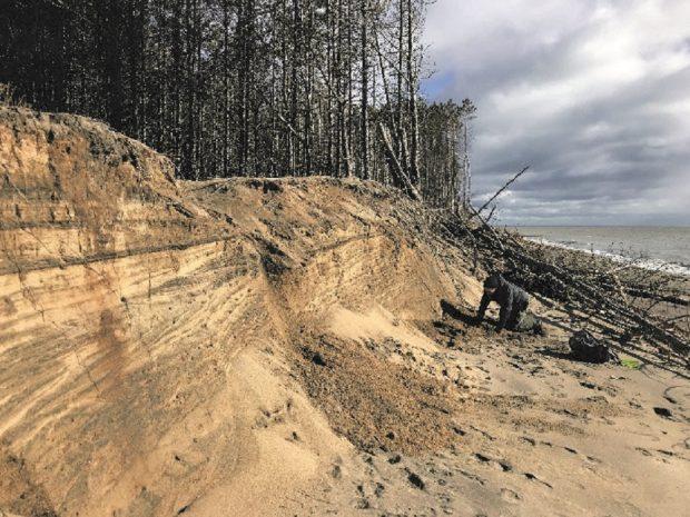 Talus de sable avec certaines sections affaissées