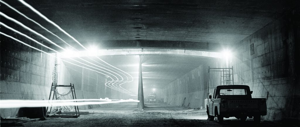 Une camionnette stationnée à l'intérieur d'un tunnel