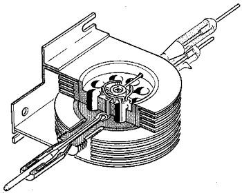 Un dessin au trait découpé d'un magnétron. Le magnétron utilise des électrons pour générer des micro-ondes. Leur fréquence est déterminée par les dimensions des cavités.
