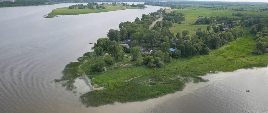 Image en couleur d'une vue aérienne de la pointe est de l'île en été. On voit la rivière des Prairies à gauche et la rivière des Mille-Îles à droite. Elles se rejoignent au bas de l'image.