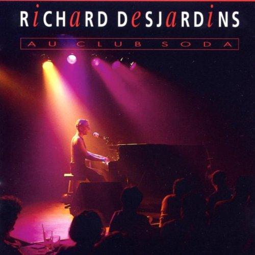 Pochette de l'album Au club soda de Richard Desjardins sur laquelle l'artiste joue au piano sur une scène devant un public.