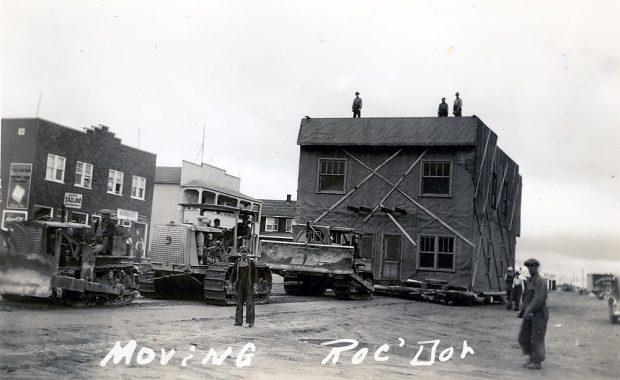Déménagement d'un bâtiment de Roc d'Or à Malartic, tirée par des tracteurs