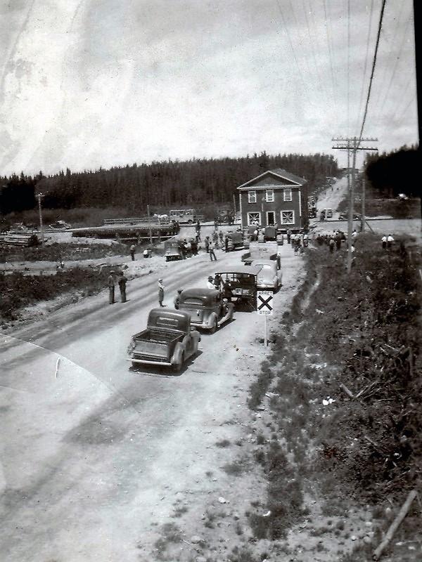 Déménagement des maisons tirée par des tracteurs de Roc-d'Or à Malartic en 1943
