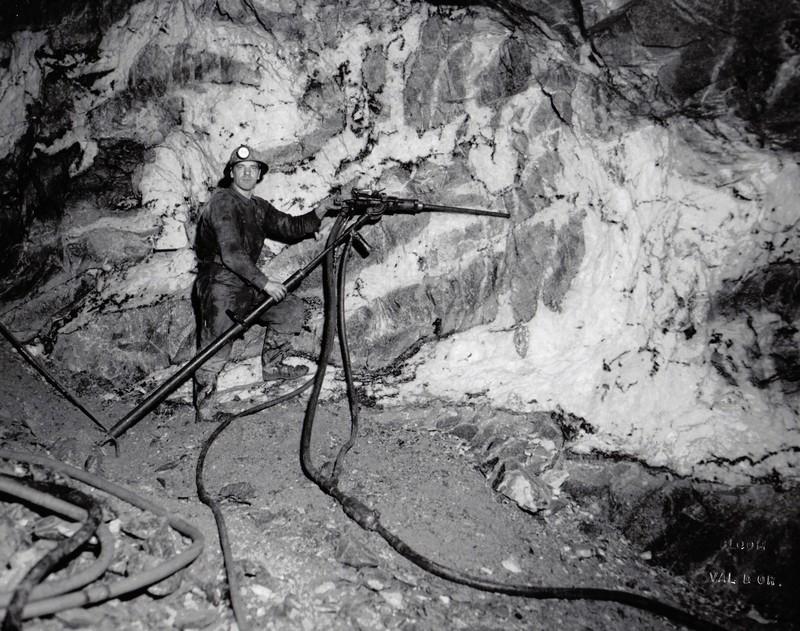 Mineur utilisant une foreuse dur béquille (jackleg)