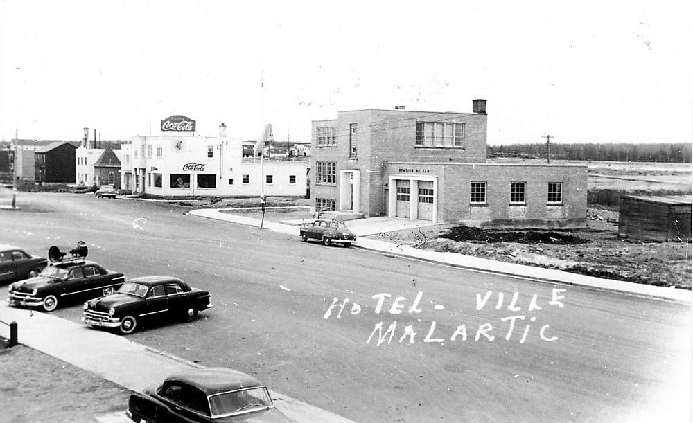 Vue de l'hôtel de ville et de l'embouteilleur Coca-Cola  en 1952.