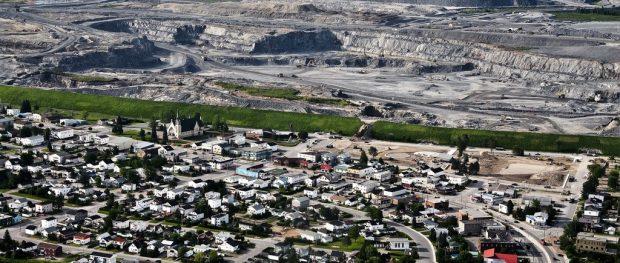 Ville de Malartic et fosse de la mine Canadian Malartic.