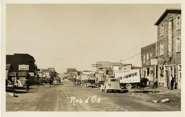 Rue principale du village de Roc-d'Or au début des années 1940
