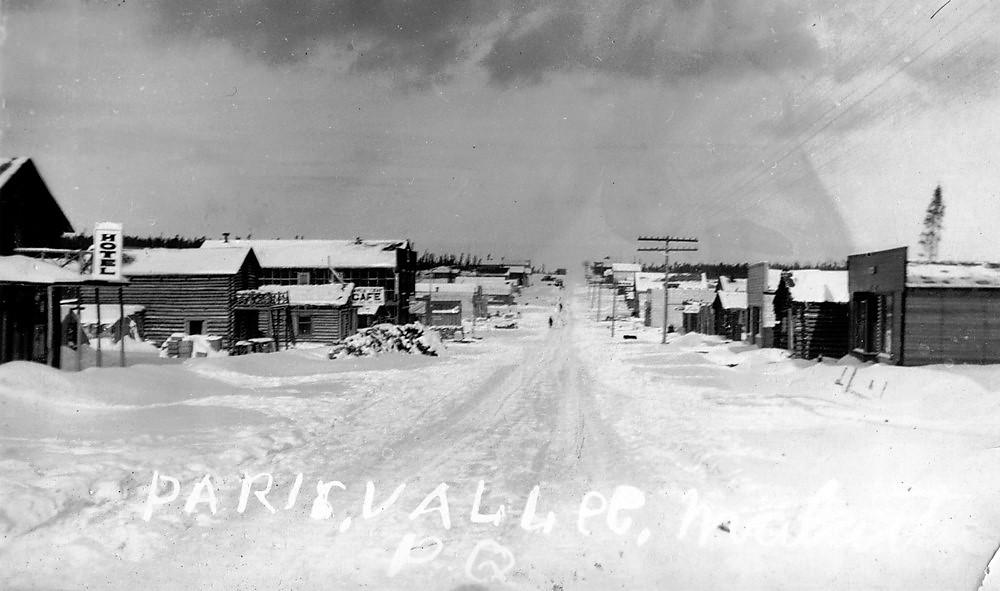 Rue principale du village de Roc-d'Or en hiver au début des années 1940