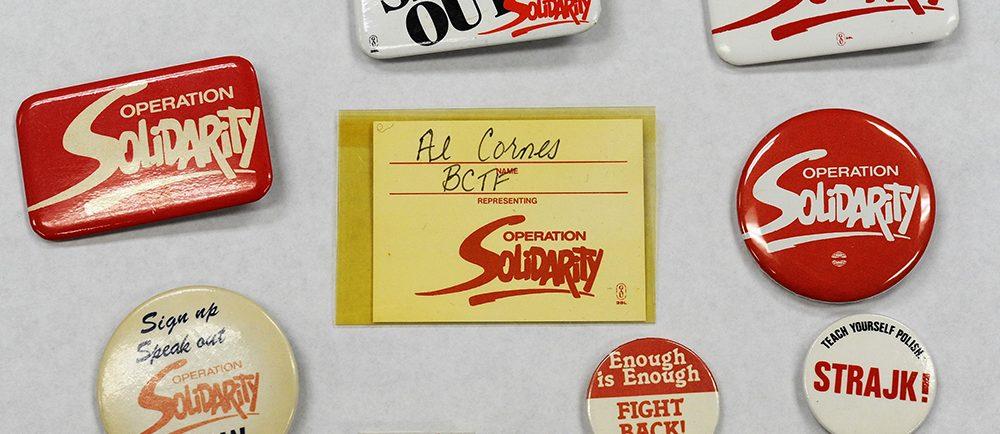 Une collection de macarons d'Operation Solidarity et une épinglette du syndicat polonais Solidarnosc.
