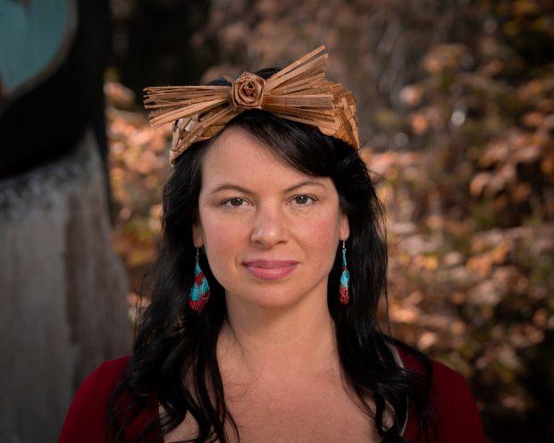 Portrait photo d'une femme portant un serre-tête traditionnel de cèdre tressé.