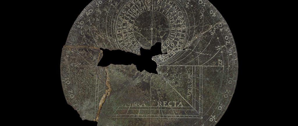 Photographie en couleurs d'un astrolabe européen, de forme circulaire. La partie centrale est manquante.