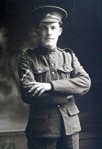 Un soldat portant une casquette, les mains sur sa poitrine.