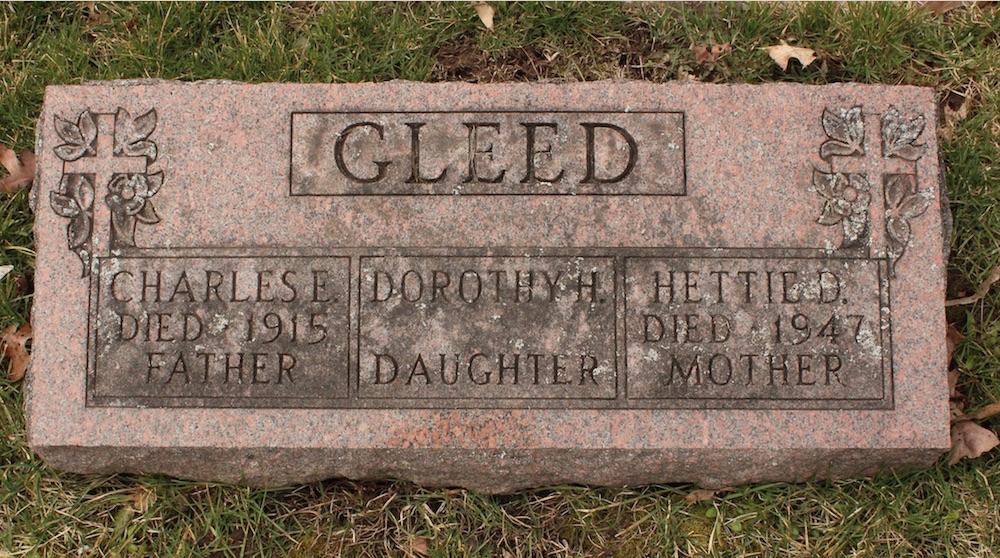 Une pierre tombale sur laquelle est gravée une inscription et des motifs décoratifs.