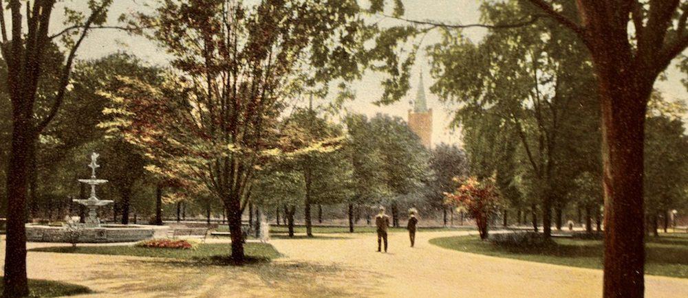 Carte postale d'un parc. On voit un efontaine à gauche et la tour d'une église en arrière plan. Inscription Vue dans le parc Victoria, London, Ont., en bas, à droite.