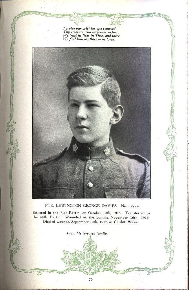 Photo d'une page d'un livre montrant le portrait d'un soldat. Il y a du texte en haut et en bas de page; les marges sont ornées de feuilles de vigne et d'érable.
