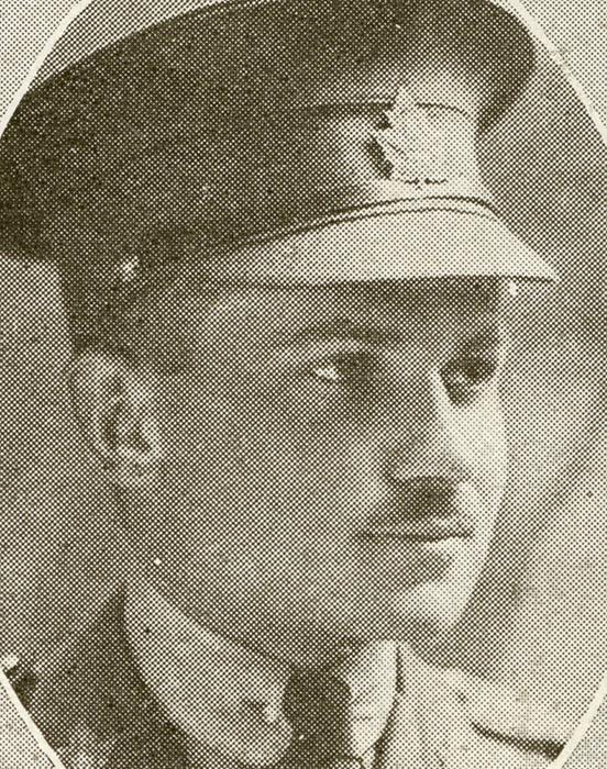 Portrait d'un soldat portant une casquette. Il a une moustache.