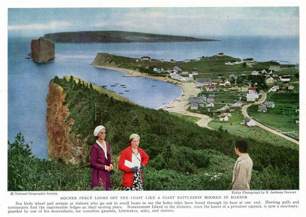 La photographie a été prise à partir d'un point de vue qui nous permet de voir le village de Percé des années 1930 traversé par sa route en terre. On aperçoit quelques embarcations près des berges et au loin le Rocher Percé et l'île Bonaventure. Au premier plan, deux femmes regardent en notre direction et un troisième personnage admire le paysage.