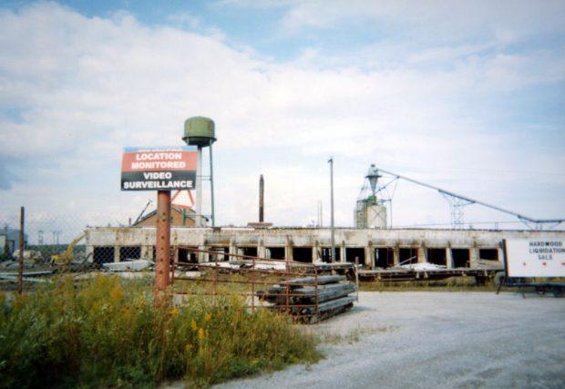 Un panneau d'avertissement à l'entrée d'une scierie abandonnée indique que l'endroit est sous surveillance vidéo.