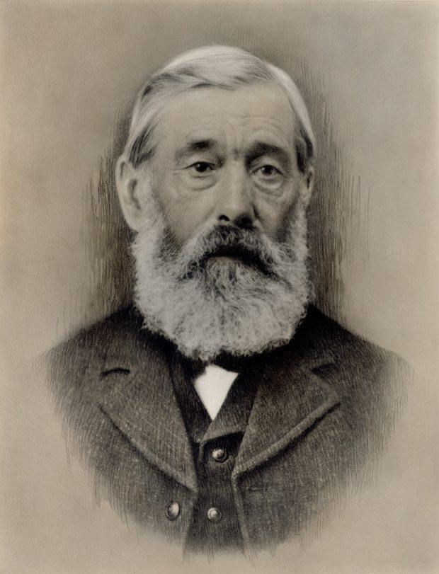 Portrait photo d'un homme âgé, avec accents dessinés au fusain.