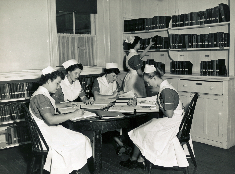 charlotte parle de l entretien de son uniforme souvenirs de l cole des infirmi res du women s. Black Bedroom Furniture Sets. Home Design Ideas