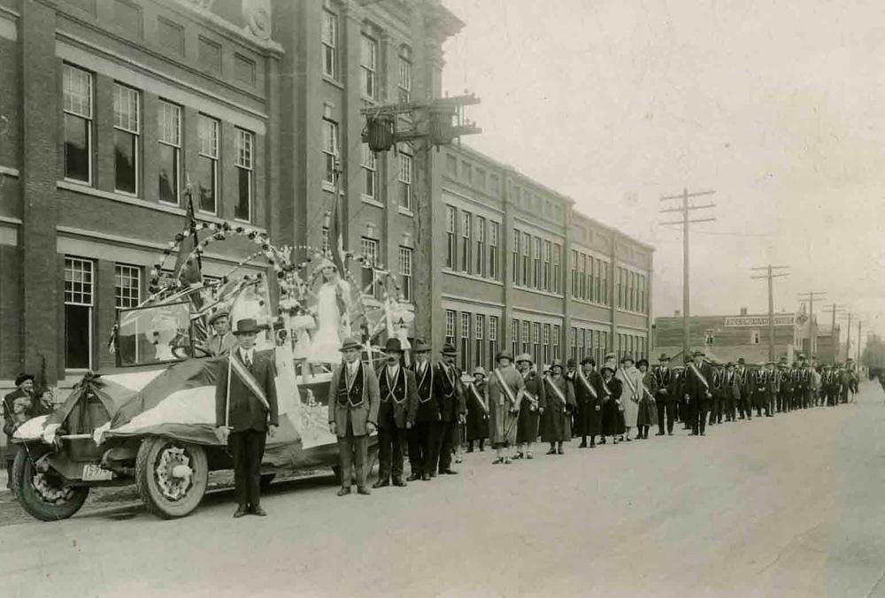 Parade float and procession in front of the Fernie Public School - Défilé devant l'école publique Fernie