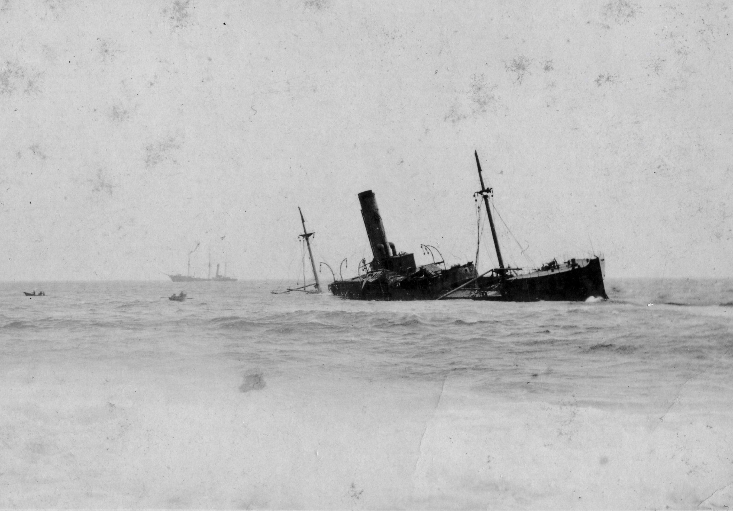 Photographie d'archive en noir et blanc d'un grand paquebot, le SS Florizel, échoué dans l'océan.